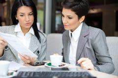 Femmes d'affaires lors de la réunion Photographie stock