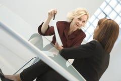 Femmes d'affaires lors du contact Images stock
