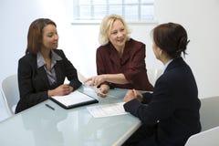 Femmes d'affaires lors du contact Images libres de droits