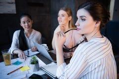 Femmes d'affaires occasionnelles songeuses travaillant au bureau ensemble Photo libre de droits
