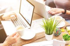 Femmes d'affaires occupées travaillant dans la coopération Photos stock