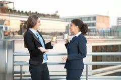 Femmes d'affaires parlant et buvant le coffe Images libres de droits