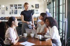 Femmes d'affaires payant Bill At Meeting Around Table dans le café photo libre de droits