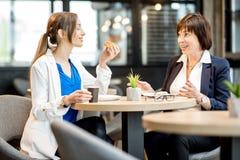 Femmes d'affaires pendant un temps de café dans le café Photo stock