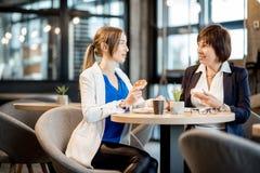 Femmes d'affaires pendant un temps de café dans le café Photographie stock
