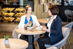 Femmes d'affaires pendant un temps de café dans le café Photographie stock libre de droits