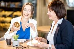 Femmes d'affaires pendant un temps de café dans le café Image libre de droits