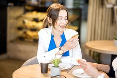 Femmes d'affaires pendant un temps de café dans le café Image stock