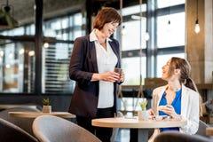 Femmes d'affaires pendant un temps de café dans le café Images libres de droits