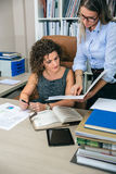 Femmes d'affaires regardant des documents dans le dossier dans le bureau photo stock