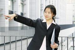 Femmes d'affaires retenant le dépliant Photographie stock