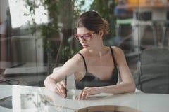 Femmes d'affaires s'asseyant à une table Images stock