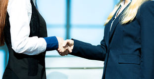 Femmes d'affaires se serrant la main Photos stock