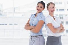 Femmes d'affaires se tenant de nouveau au dos photos libres de droits