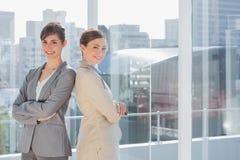 Femmes d'affaires se tenant de nouveau au dos images stock