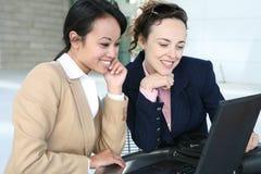 Femmes d'affaires sur l'ordinateur Images libres de droits