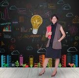 Femmes d'affaires tenant le dossier rouge avec l'ampoule colorée Photo stock
