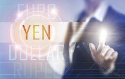 Femmes d'affaires touchant l'écran de Yens Photos stock