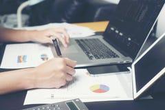 Femmes d'affaires travaillant à son bureau avec les documents et l'ordinateur portable Femme d'affaires travaillant sur le travai Image stock