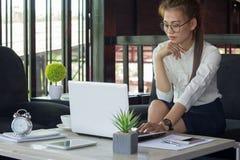 Femmes d'affaires travaillant au bureau avec l'ordinateur portable et aux documents sur salut image libre de droits