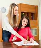 Femmes d'affaires travaillant avec le papier Photo libre de droits