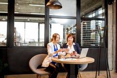 Femmes d'affaires travaillant dans le café Images stock