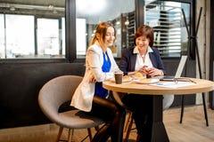 Femmes d'affaires travaillant dans le café Photo libre de droits