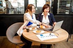 Femmes d'affaires travaillant dans le café Photos libres de droits