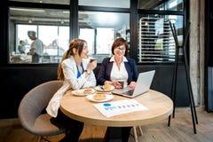 Femmes d'affaires travaillant dans le café Image libre de droits