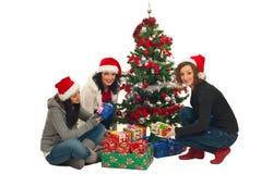 Femmes d'amis avec l'arbre et les cadeaux de Noël Photo stock