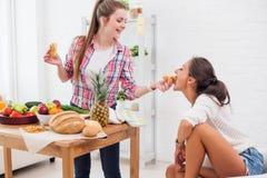 Femmes d'amis faisant cuire préparant un repas dans la cuisine Photo libre de droits