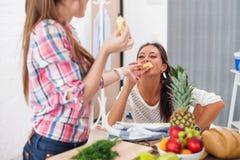 Femmes d'amis faisant cuire préparant un repas dans la cuisine Photo stock