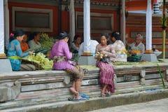 Femmes d'hindouisme faisant des offres Photos stock