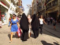 Femmes d'Istanbul Istikal Caddesi dans les burkas Image libre de droits