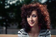 Femmes d'une chevelure bouclées de sourire Photo libre de droits