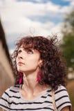 Femmes d'une chevelure bouclées recherchant Été tiré d'une OU assez féminine Image libre de droits