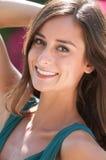 Femmes d'une chevelure de sourire de brune en Floride Photographie stock libre de droits