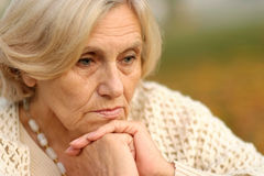 Femmes d'une cinquantaine d'années un fond mou d'automne Images libres de droits