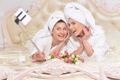 Femmes dans des peignoirs faisant le selfie Photo libre de droits