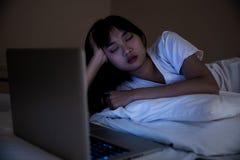 Femmes dans des pyjamas sportifs se reposer ou causer en ligne avec des amis ou des achats en ligne photographie stock