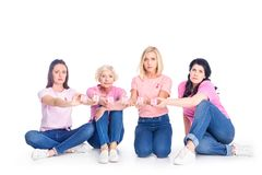 Femmes dans des T-shirts roses avec l'inscription de cancer Images libres de droits
