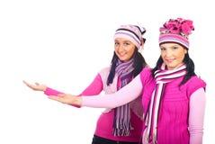 Femmes dans des vêtements roses de laine effectuant la présentation Photos libres de droits