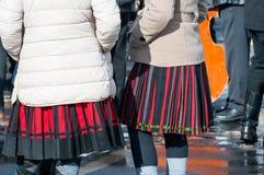Femmes dans des vêtements traditionnels à l'hiver finissant le carnaval traditionnel de Transylvanian photos stock