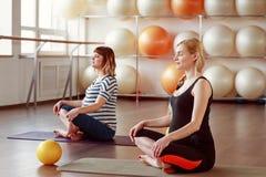 Femmes dans l'expectative au centre de yoga Image libre de droits