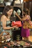 Femmes dans la boutique. Photographie stock