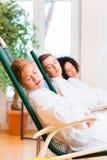 Femmes dans la chambre de relaxation de la station thermale de bien-être Photographie stock