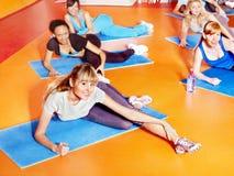 Femmes dans la classe d'aérobic. Photo libre de droits