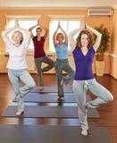 Femmes dans la classe de yoga dans la forme physique Photo stock