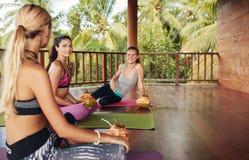 Femmes dans la classe de yoga faisant la pause Photographie stock