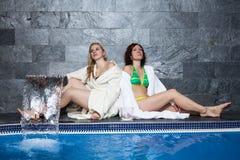Femmes dans la piscine de bien-être et de station thermale Images libres de droits